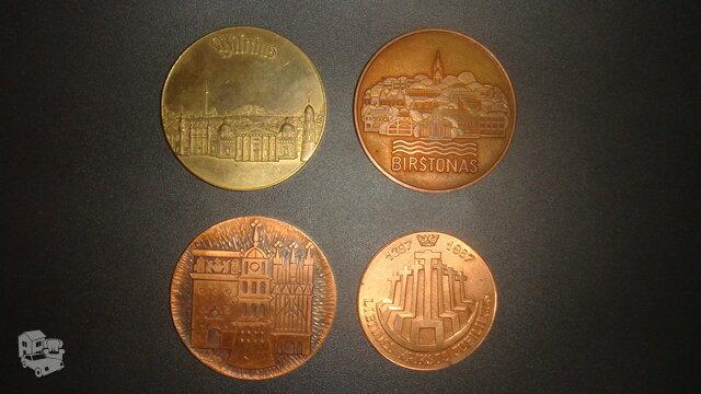 Stalo medaliai.