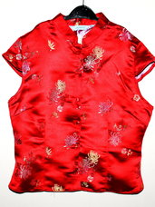 Kinietiško stiliaus ryškiai raudona palaidinė.