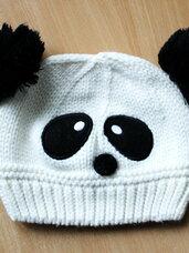 Šilta, balta pandos kepurė