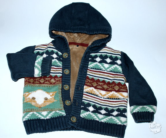 Šiltas megztinis su kailiu berniukui