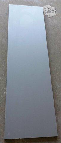 Pilkos spalvos MDP plokste. 1,4x0,4 m, storis 1,8 cm. Yra 1 vnt.